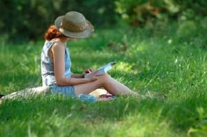 leggere-libro-in-un-prato